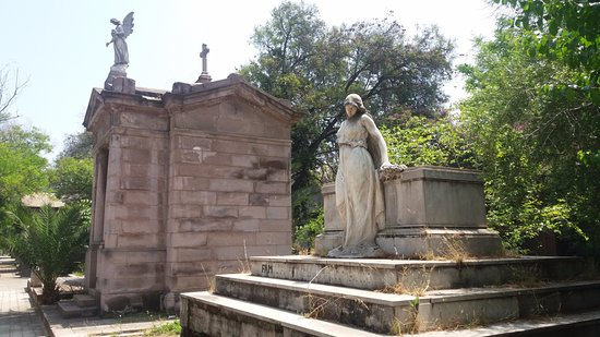 monuments on the tombs of important people are usually angels and other divinic figures